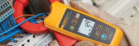 En fluke digital strømtang brukes til måling på et elektrisk anlegg