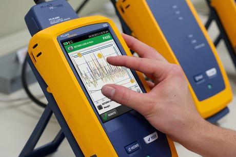 Nettverkstester som brukes til verifisering, kvalifisering og sertifisering av kobber eller fiber