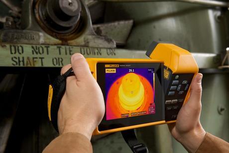 Et håndholdt Fluke varmekamera (termokamera) med god termisk oppløsning som brukes til å inspisere temperaturen på et objekt.
