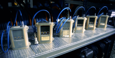 En rekke Cygnus MOD 4 tykkelsesmålere med LCD skjerm til inspeksjon av maling, epoxy eller vekktykkelse.