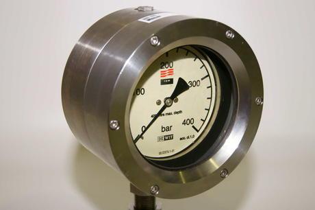 Et subsea klokke manometer som går opp til 400 bar, ferdig kalibrert og klart til utleie