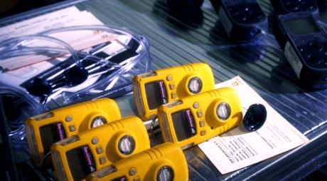 En rekke personlige gassdetektorer som benyttes til gass alarm ved arbeid i tanker og andre dårlig ventilerte miljøer